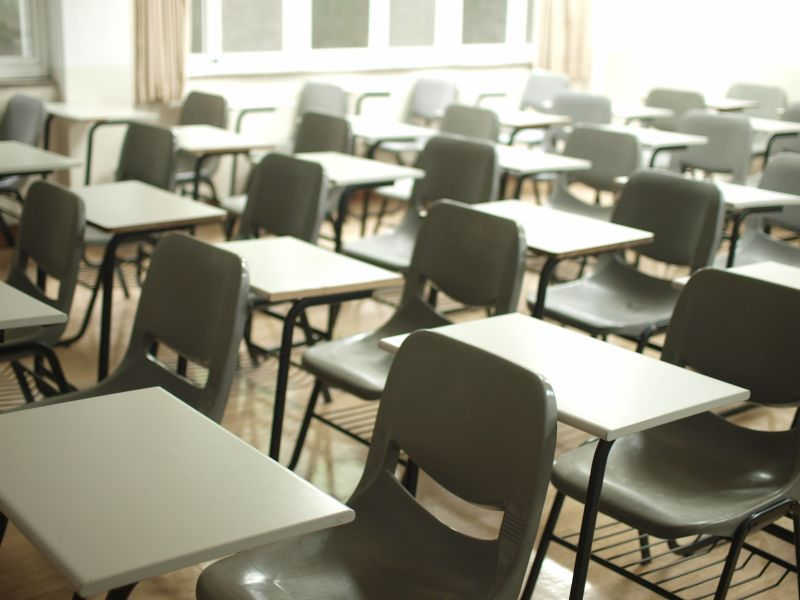 ▲一名網友好奇「補習班老師是不是比學校老師還要好」,貼文一出,網友全吵翻。(示意圖/取自unsplash)
