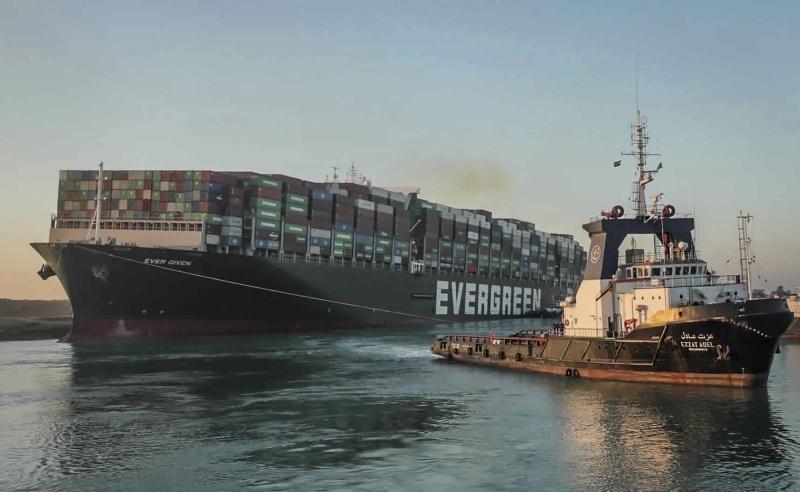 ▲海事消息人士和船務代理公司透露,在阻擋航道的長榮海運長賜輪(Ever