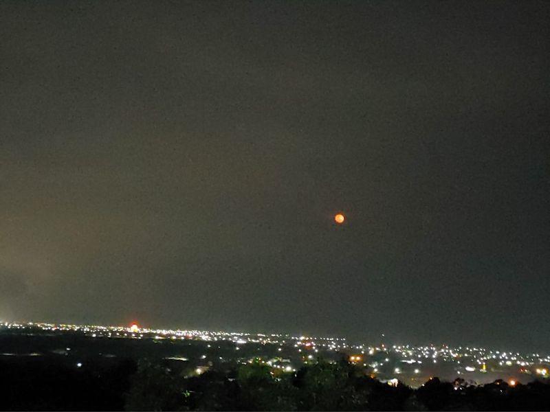 ▲不少網友拍下「紅月」的畫面。(圖/翻攝自彭啟明臉書)