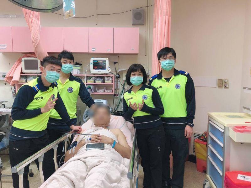 救護人員與患者合照