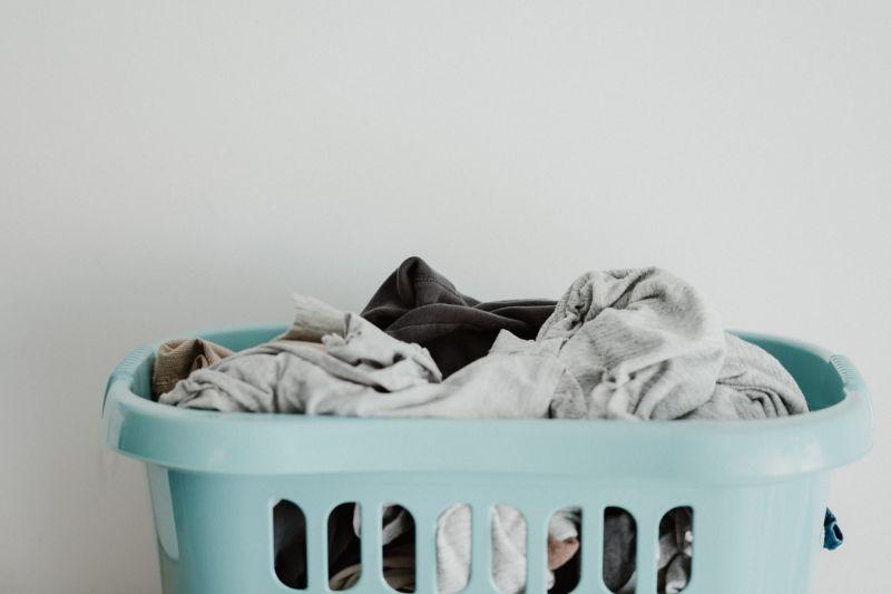▲一位人妻抱怨,婆婆每次來家裡做客時,都會特別從髒衣服中挑出老公的內褲帶回去手洗,怪異習慣讓她好傻眼。(示意圖/翻攝自Unsplash)