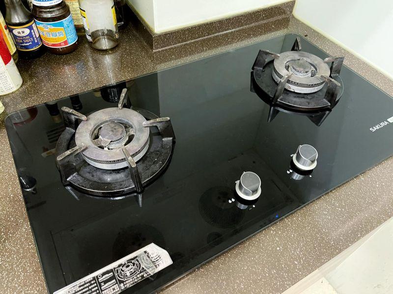 ▲網友瓦斯爐點不著,這才知道原來瓦斯爐也是要裝電池的。(圖/翻攝自《爆廢1公社》臉書)