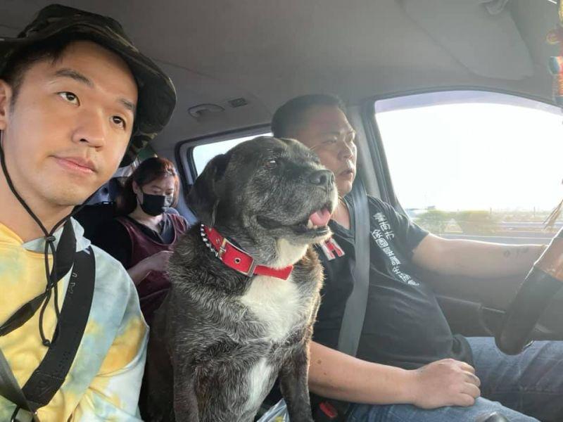 ▲香蕉(左)和徐文良園長及忠犬「八爺」展開救援行動。(圖/香蕉王俊傑臉書)