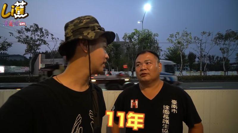 ▲徐文良(右)為浪浪付出已有11年時間。(圖/香蕉王俊傑YouTube)