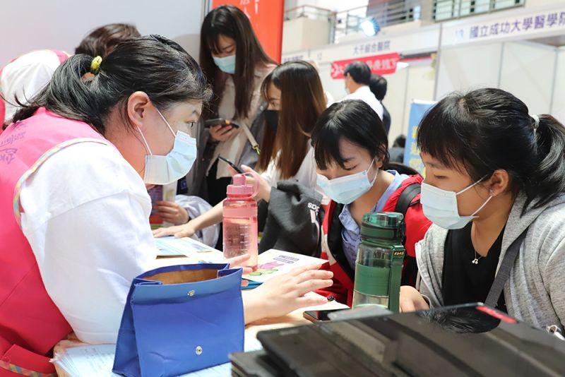 ▲新冠肺炎疫情不只導致各行業受創,也讓大學畢業新鮮人就業機會受到衝擊。(資料照/記者張振興攝)