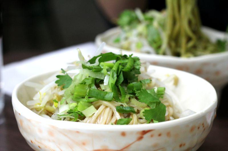 ▲乾麵、湯麵是台灣人熟知的平民美食,但要吃得飽又不想捨棄香味「湯麵或乾麵加湯」該如何挑選?討論串底下更是釣出了老饕的答案一面倒。(示意圖/取自unsplash)