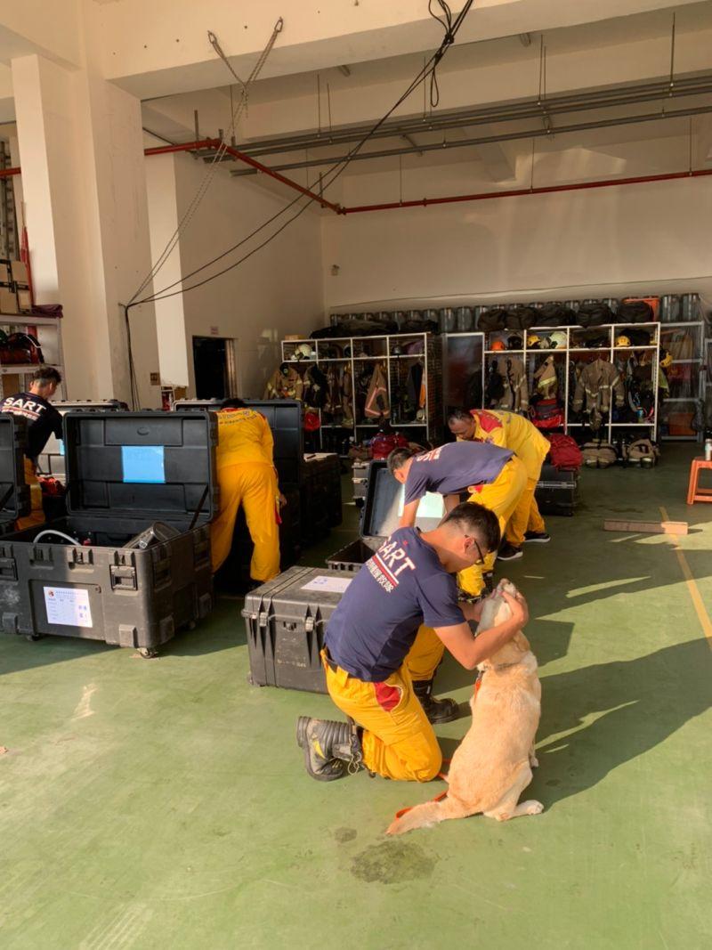 ▲台南市消防局已火速完成各項人員裝備的清點並上車,消防局人員、特搜隊員、還有搜救犬都已經準備好,接獲中央指示隨時可以出動。(圖/台南市政府提供)