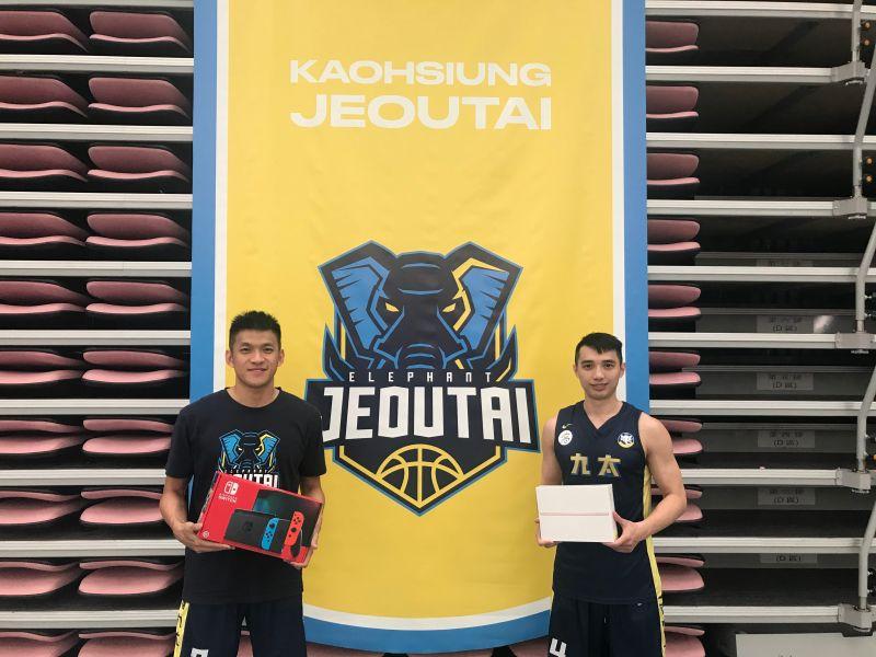 ▲SBL高雄九太科技隊球員于煥亞(左)手中的Switch、李漢昇(右)手上的iPad,都將在高雄主場贈送給球迷。(圖/九太科技隊提供)