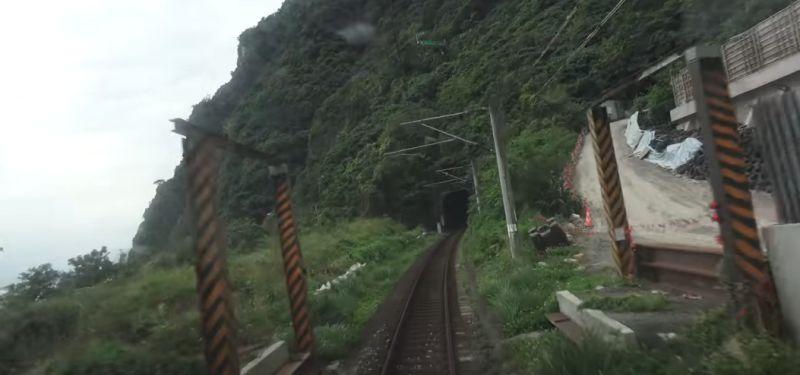 ▲從影片可以發現,施工現場完全沒圍欄,讓網友看了相當氣憤。(圖/翻攝自《臺灣交通鐵道影像》YouTube