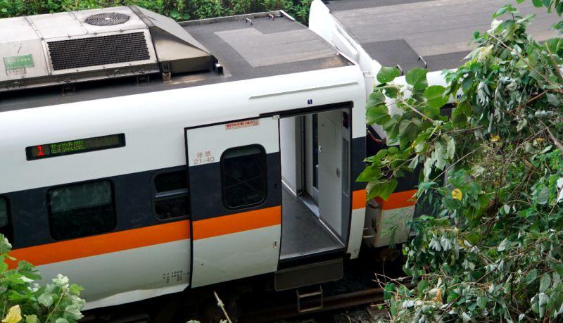 ▲台鐵408次太魯閣發生事故後停留在軌道上等待救援。(圖/記者呂炯昌攝,2021.04.02)