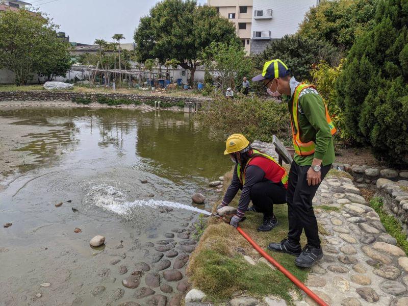 久旱威脅魚生存 中市清潔隊急送水救魚命