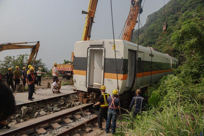 ▲太魯閣號昨(2)日發生出軌意外,釀成50死146傷。(圖/NOWnews攝)