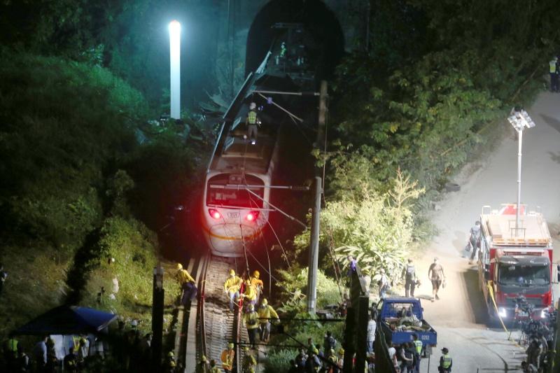 ▲台鐵太魯閣號昨天在花蓮清水隧道發生出軌事故,目前造成50人罹難,日本各大媒體都有報導。有日本鐵道專家受訪分析,隧道空間狹小是造成這起事故傷亡如此慘重的主因。(圖/美聯社/達志影像)