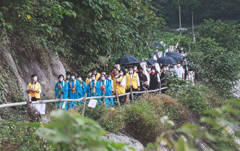 ▲家屬赴太魯閣出軌現場招魂。(圖/記者葉政勳攝,2021.04.03)