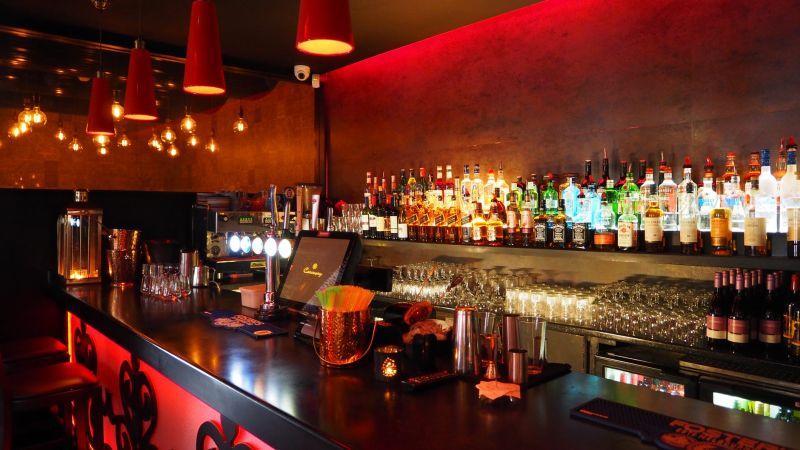 ▲前夫打電話來,並說「要把酒吧經營權讓給女子」,而那間酒吧位於黃金地段,價值極高。(示意圖/翻攝自《pexels》