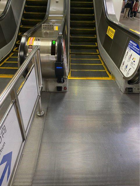 ▲捷運站手扶梯的扶手旁有一個「神秘盒子」,真相曝光引發熱議。(圖/翻攝自PTT)