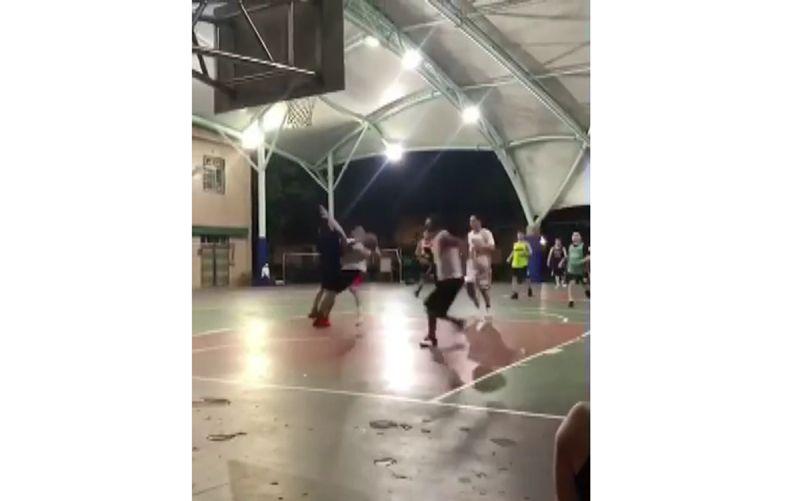 男子籃球場遭推倒