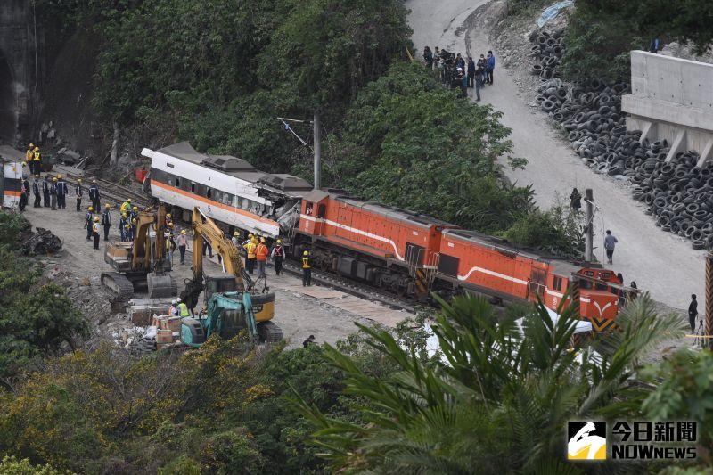 ▲太魯閣號事故現場於今日下午拖出第七節車廂。(圖/記者林柏年攝)