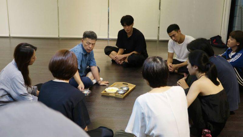▲王小棣(左三)訓練演員。(圖/拙八郎提供)