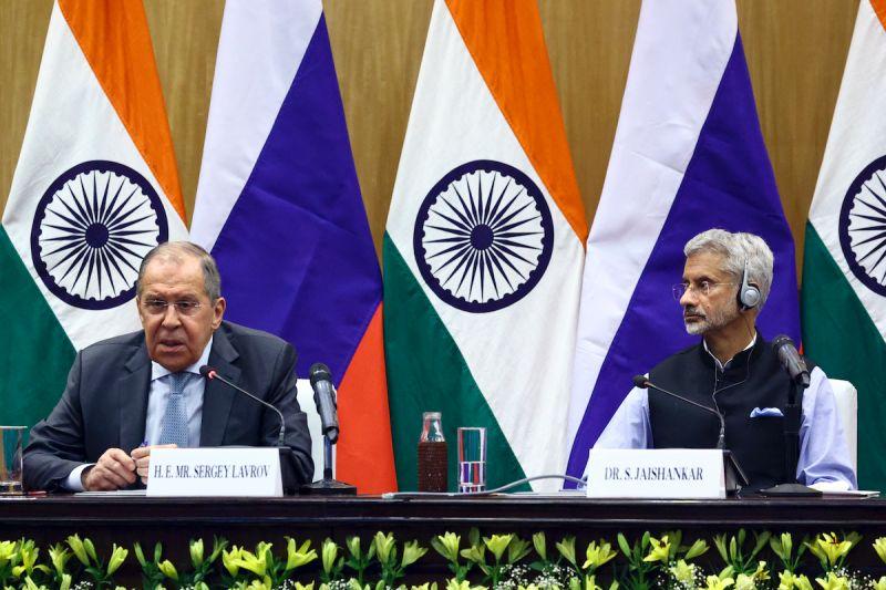 印度外交部長蘇杰生(右)向俄羅斯外交部長拉夫羅夫(左)分享印度的印太觀點。