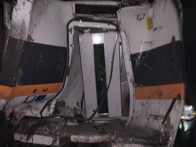 ▲28日台鐵局於花蓮舉辦第一次安全改革說明會,圖為太魯閣列車受困的民眾,第一時間拍下列車損壞的情形。(示意圖/NOWnews資料照)