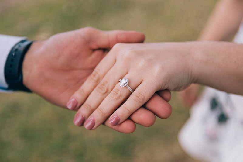 ▲有網友好奇發問「女生可以接受鑽戒不是天然鑽石嗎?」(圖/翻攝Pexels)