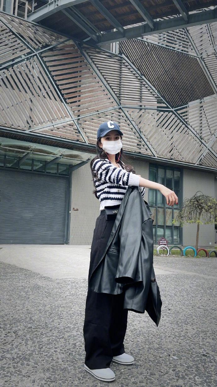 ▲▼楊冪引領時尚潮流,私服穿搭也是話題。(圖/嘉行楊冪工作室微博)