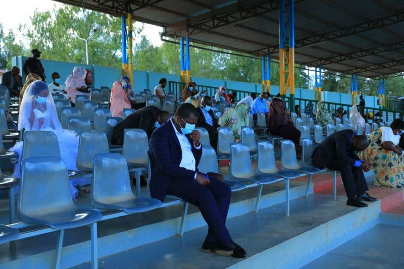 ▲警方指出,因為這場婚禮的參加人數,已經超過新冠期間的公共場合的限制人數「20人」,所以他們只能依照規定中止婚禮。(圖/翻攝自《Rwanda