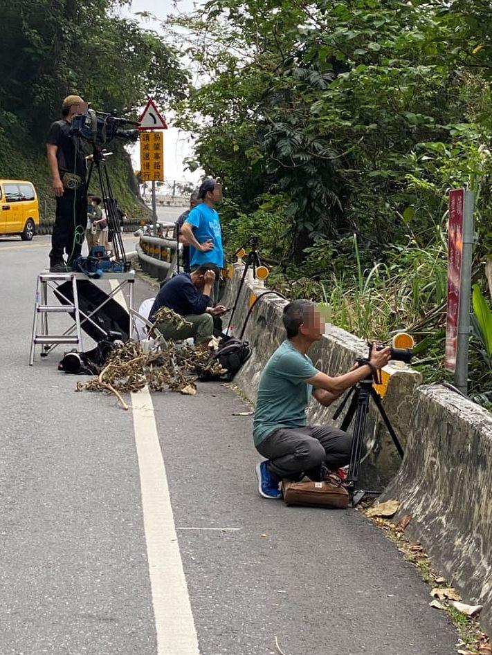 ▲太魯閣號事故現場,攝影記者扛著沉重器材捕捉畫面。(圖/陳秀鳳授權提供)