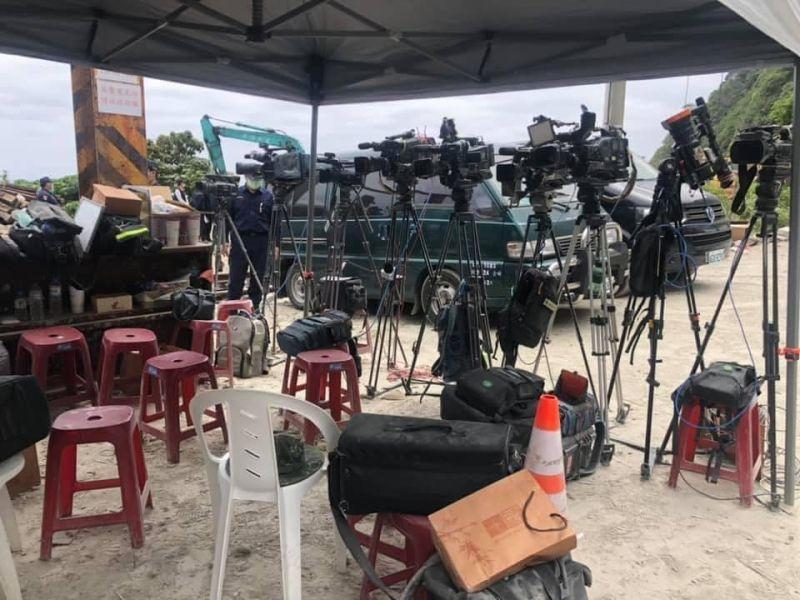 ▲太魯閣號罹難者遺體移出時,現場記者將攝影機向後轉並退出採訪區以示尊重。(圖/陳秀鳳授權提供)