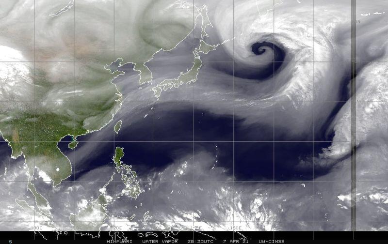 ▲中央氣象局局長鄭明典在臉書分享一張有著「超美螺旋線條」的水氣頻道影像,並直言「有下雨的機會」。(圖/翻攝自鄭明典臉書)