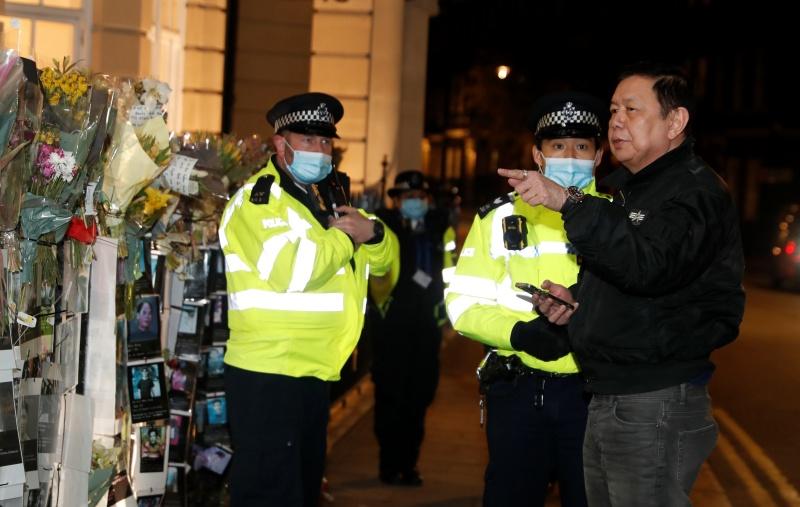 ▲緬甸駐英國大使覺扎敏(右),因為反對軍方政變奪權,而遭反鎖在大使館外。(圖/美聯社/達志影像)