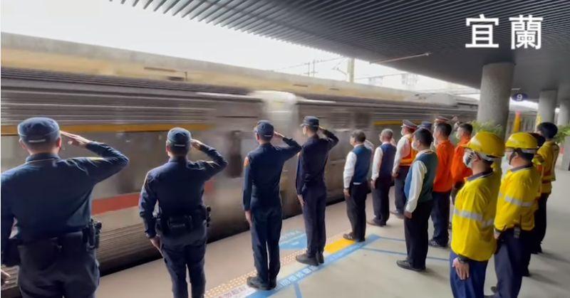 ▲沿途各站的台鐵工作人員,皆向司機員袁淳修及江沛峰致上最高敬意。(圖/翻攝fun臺鐵粉專)
