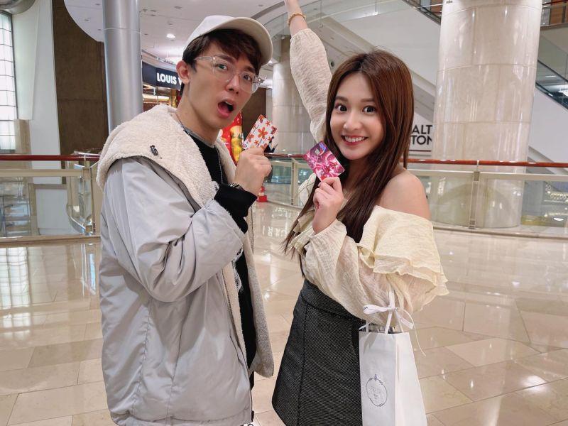 ▲艾瑞絲(右)與酷炫等團員感情很好。(圖/艾瑞絲臉書)