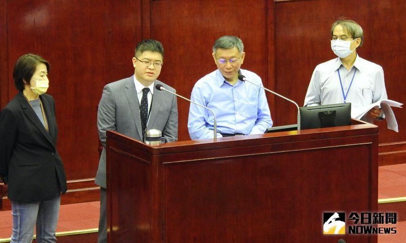悠遊卡公司總經理「小凱」邱昱凱,8日進入議會接受質詢。而被問到薪資僅只有過去總經理的一半,邱昱凱表示若符合相關規定,該職位是他自己爭取的,所以可以接受。