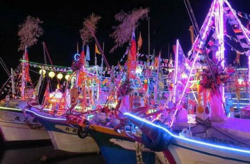 ▲▲近25艘搭載媽祖神轎及裝飾繽紛多彩LED燈的海上巡香船隊,停泊在高雄流行音樂中心岸邊,為即將商轉的高雄流行音樂中心祈福。。(圖/截自史哲臉書)
