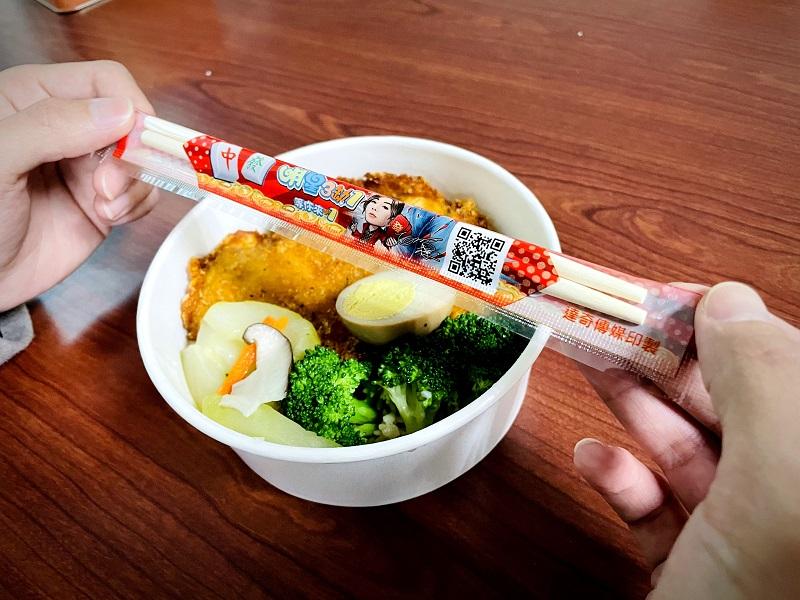 ▲筷子廣告包裝距肉眼僅30公分的距離,較容易抓住消費者離開手機後的目光。(圖/達奇傳媒提供)