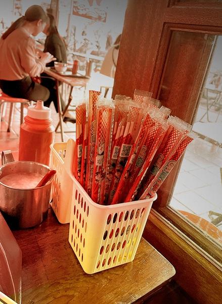 ▲筷子包裝廣告能達到「大量廣泛曝光」的需求,除了食衣住行產業外,舉凡是符合大眾需求的推廣內容或品牌服務,遊戲娛樂業、金融保險業、藥妝美妝業、政令宣導等都很適合。(圖/達奇傳媒提供)
