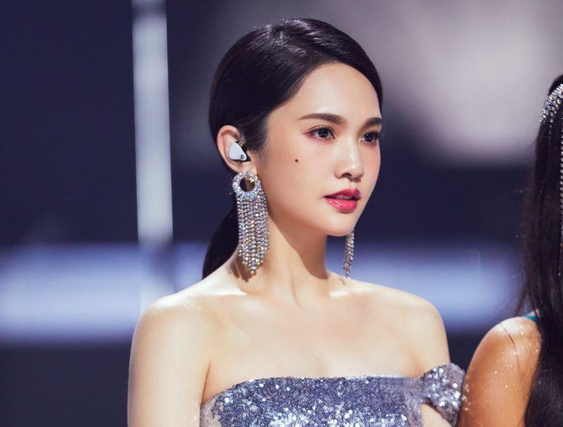 楊丞琳在《乘風破浪的姐姐2》最新的公演中拉傷右邊身體的筋、肌肉。(圖/環球音樂提供)