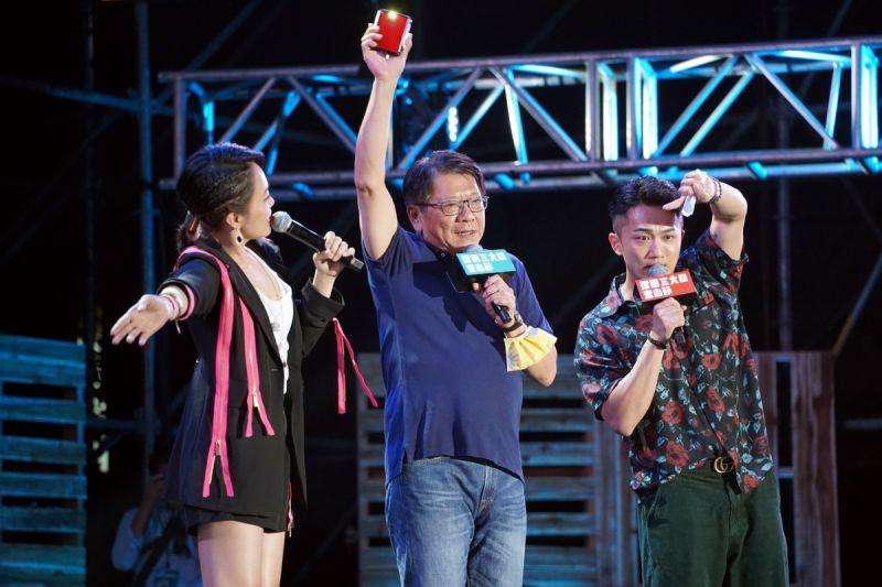 ▲潘孟安邀請在場民眾打開手機的手電筒在搖晃的燈海,期許台灣好好、屏東好好。(圖/屏東縣政府提供, 2021.04.09)