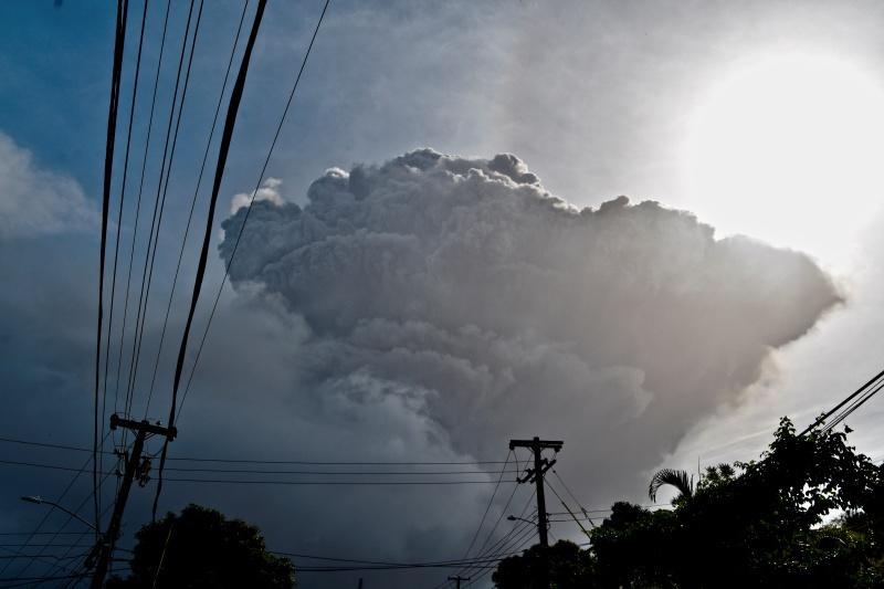 ▲加勒比海島國聖文森的索夫瑞火山在休眠數十年後爆發,火山灰雲密布,滾燙的火山礫有如雨下,當地急撤數千驚慌居民至安全地點。(圖/美聯社/達志影像)