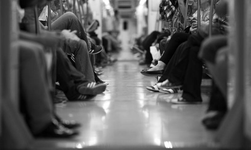 ▲歐醫師建議「在公車、捷運、雙鐵上,手碰過把手、拉環、下車鈴、開門鍵、門把、安全帶扣環後,用隨身攜帶的乾洗手清潔手部」。(示意圖/翻攝自Pixabay)