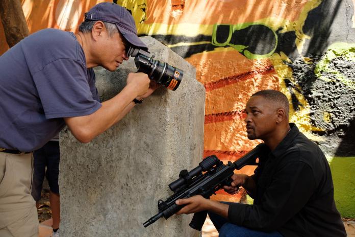 ▲李安(左)在《雙子殺手》拍攝威爾史密斯。(圖/UIP)