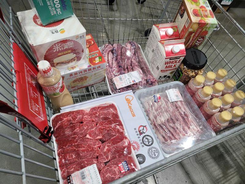 ▲老婆交代僅需買米漢堡和蛋,沒想到原PO卻買了不少商品放滿了一整個購物車。(圖/翻攝Costco好市多