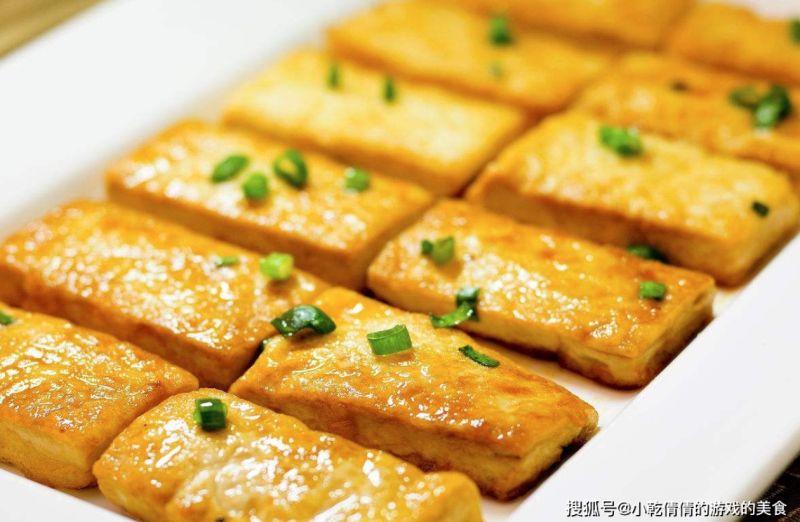 ▲搜狐號美食專欄《小乾倩倩的遊戲的美食》分享,在煎豆腐時,直接下鍋是千萬不可以做的,在煎豆腐前,多加上一個步驟,讓豆腐不黏鍋。(圖/翻攝自《小乾倩倩的遊戲的美食》)