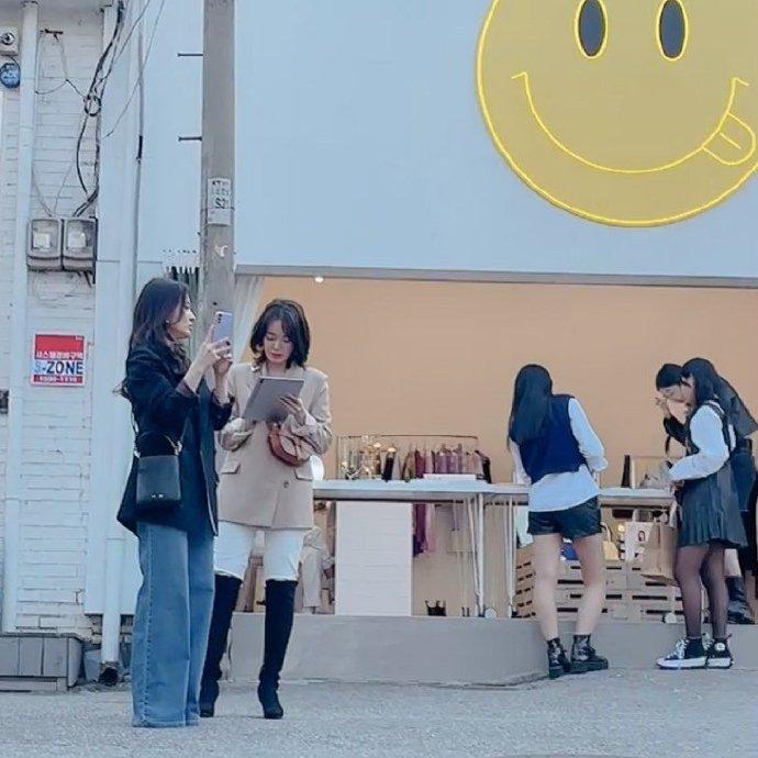 ▲宋慧喬(左一)在首爾街頭拍攝新戲《現正分手中》。(圖/微博)