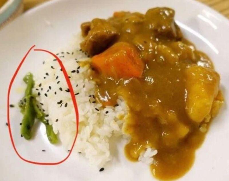 ▲有女網友到台南某家咖哩飯店用餐時,發現一道神祕配菜吃起來脆脆的,十分美味,但老闆娘卻指出「這很貴!」(圖/翻攝Dcard)