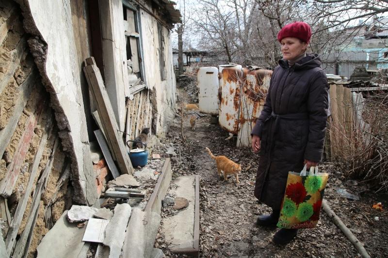 ▲烏克蘭軍方11日表示,俄羅斯支持的分離主義叛軍發動砲火攻擊,造成一名烏克蘭軍人死亡,還有另一名軍人重傷。同時,克里姆林宮指出,俄國不會與烏克蘭發生戰爭。圖為當地民眾準備離開家園。(圖/美聯社/達志影像)