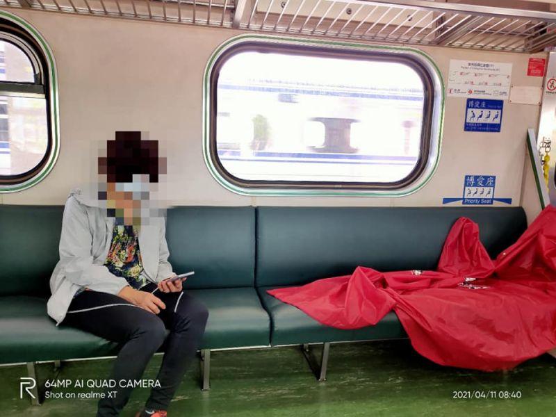 ▲疑為登山團體的乘客在火車車廂內「曬雨衣」,讓網友看傻直呼「好像都聞到味道了」。(圖/翻攝自臉書社團「爆怨2公社」)