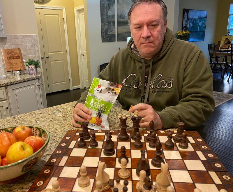 ▲蓬佩奧在個人推特上貼出吃鳳梨乾的照片。(圖/翻攝自Twitter)